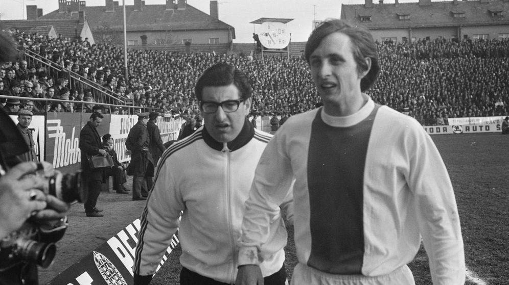 Foto: Salo Muller y Johan Cruyff en un partido del Ajax en la temporada 1968-1969. (Eric Koch - Anefo/Nationaal Archief)