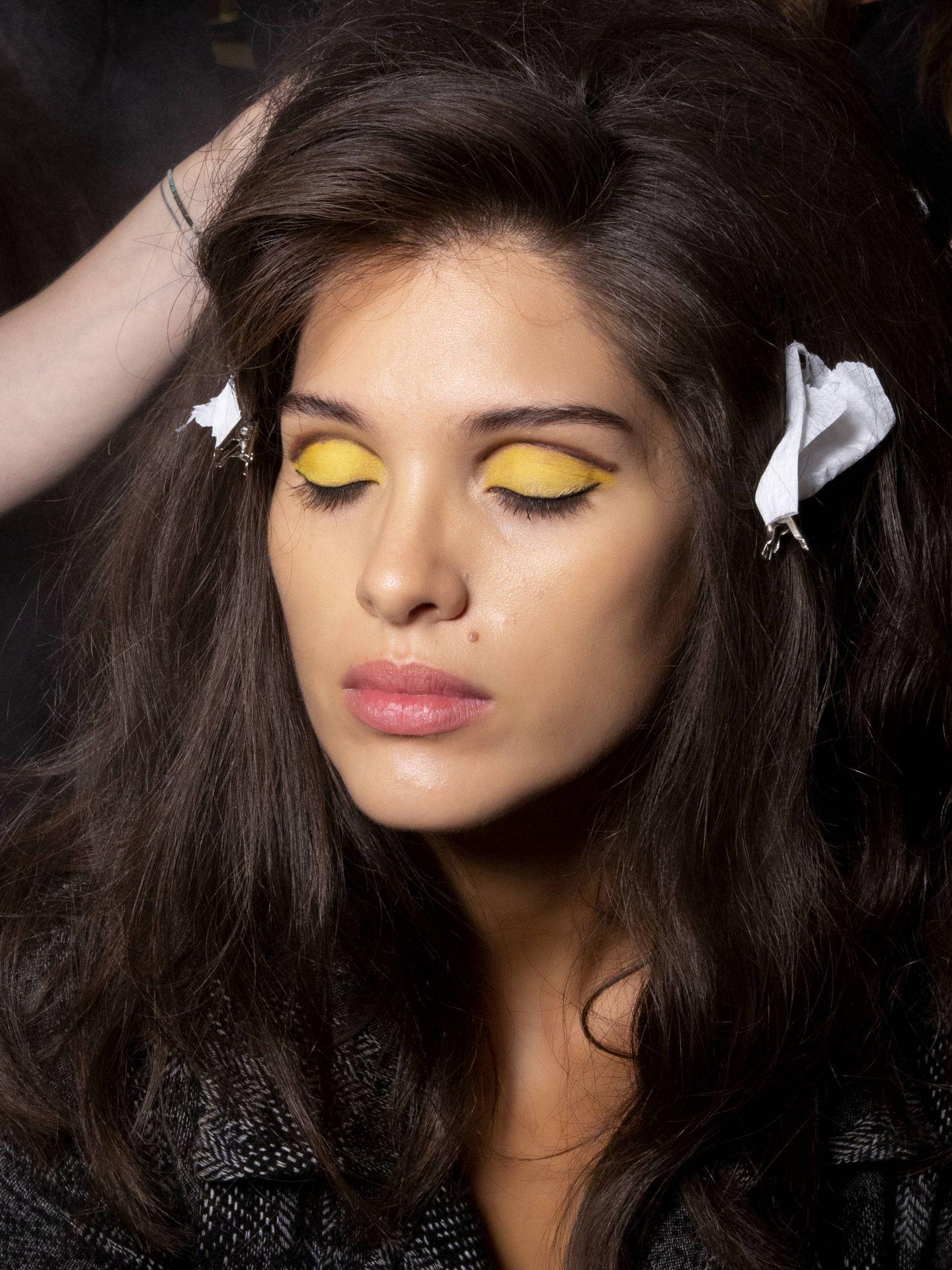 Un toque amarillo y gris en tu belleza. (Imaxtree)