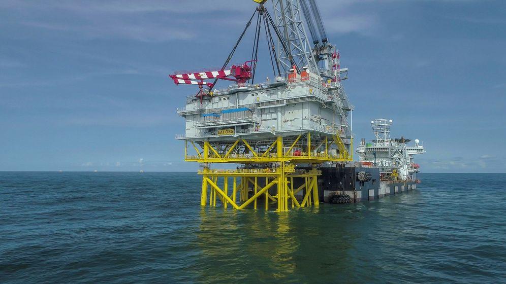Foto: Iberdrola instala una subestación en el mayor parque eólico marino del mundo (EFE)