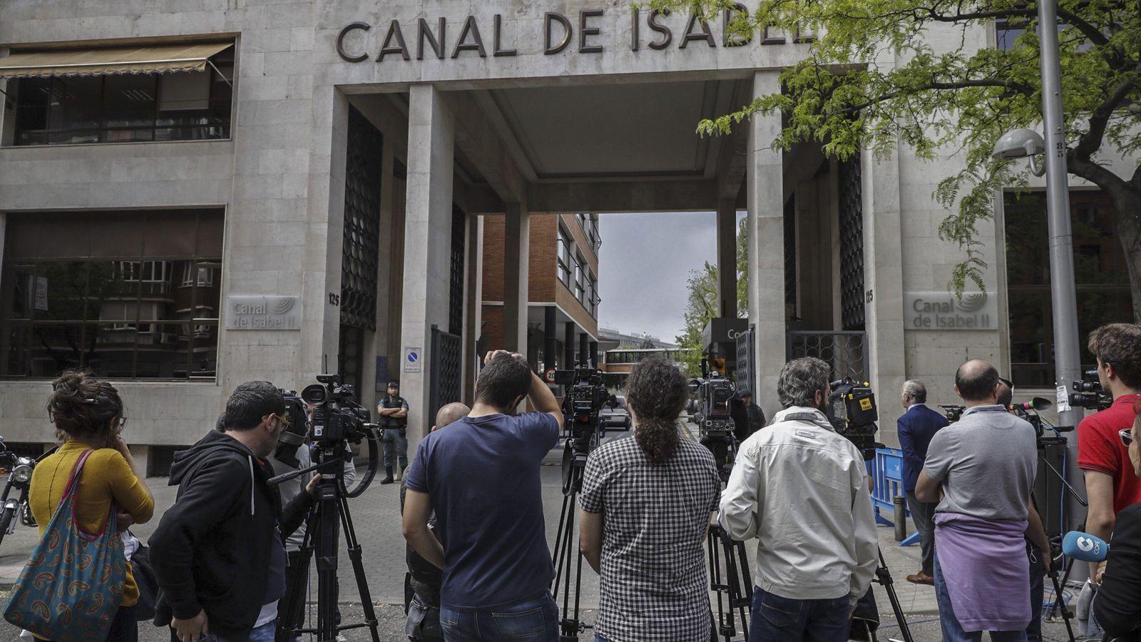 Foto: Expectación mediática ante la sede del Canal de Isabel II. (EFE)