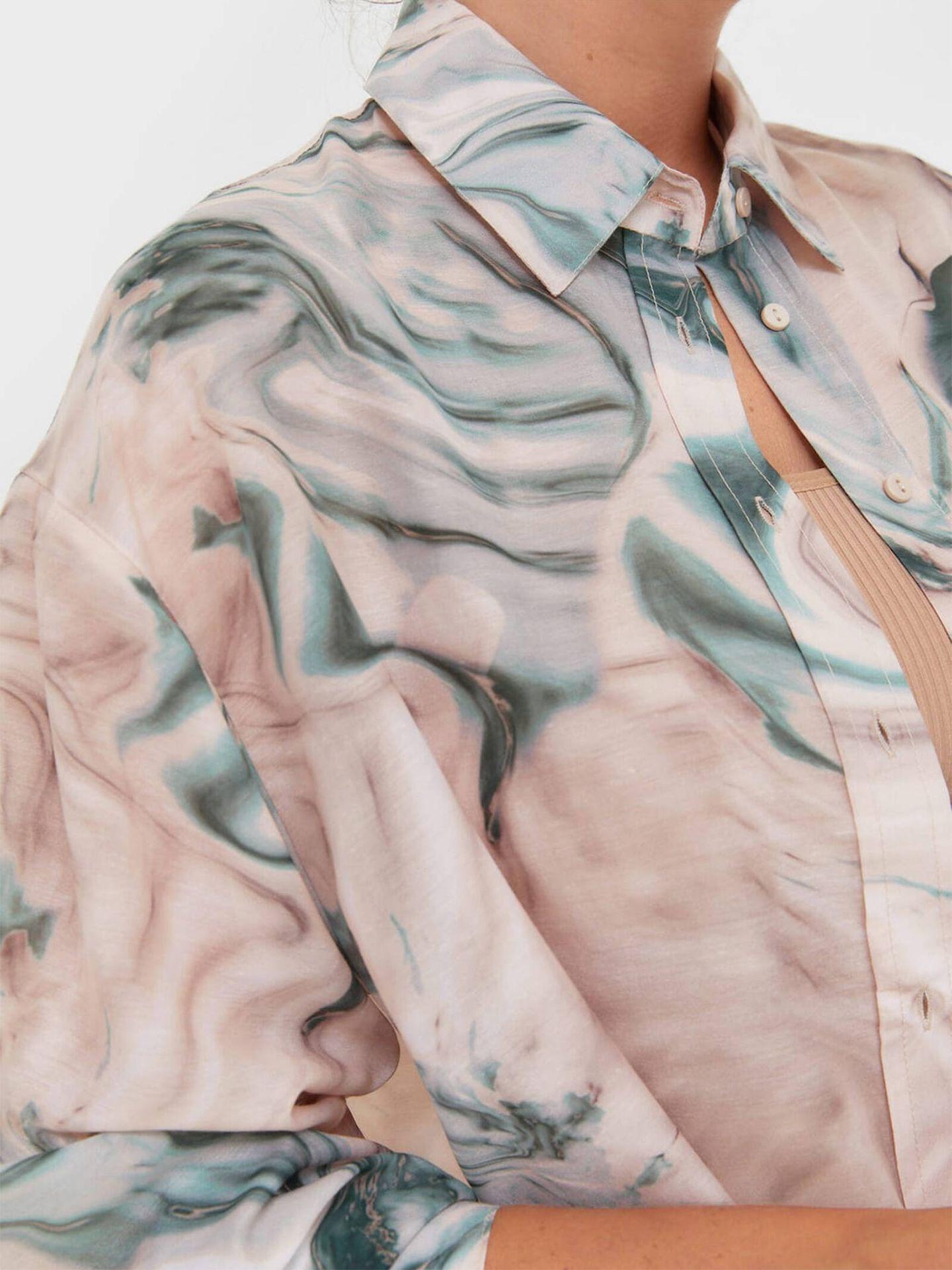 La camisa de Stradivarius con estampado de mármol que arrasa. (Cortesía)