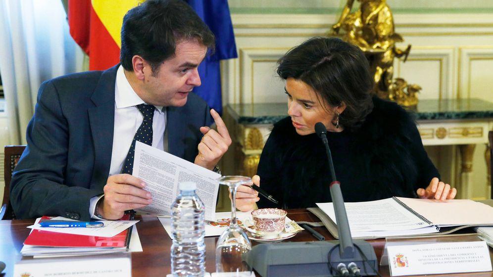 Foto: El secretario de Estado para las Administraciones Territoriales, Roberto Bermúdez de Castro, junto a Soraya Sáenz de Santamaría. (EFE)