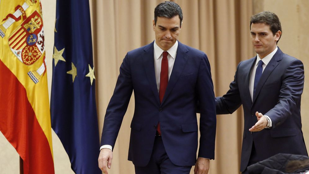 Foto: El secretario general del PSOE, Pedro Sánchez, y el líder de Ciudadanos, Albert Rivera, antes de firmar este miércoles el acuerdo. (Efe)