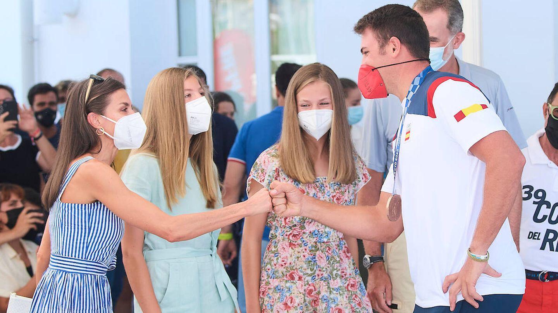 Letizia chocando el puño con Joan Cardona. (Limited Pictures)