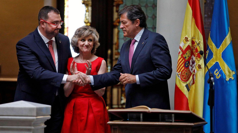 El socialista Adrián Barbón, en su toma de posesión como presidente del Principado de Asturias, felicitado por el jefe del Ejecutivo saliente, Javier Fernández, ante la ministra de Sanidad en funciones, Luisa Carcedo, el pasado 20 de julio en Oviedo. (EFE)