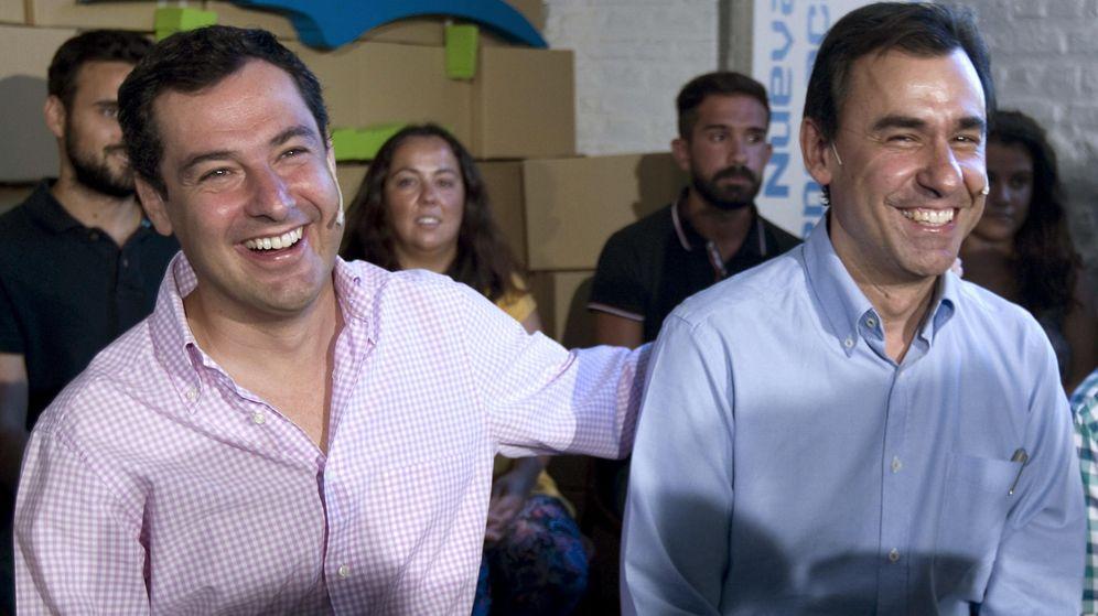 Foto: Juan Manuel Moreno junto a Fernando Fernández Maíllo en un acto de Nuevas Generaciones. (EFE)