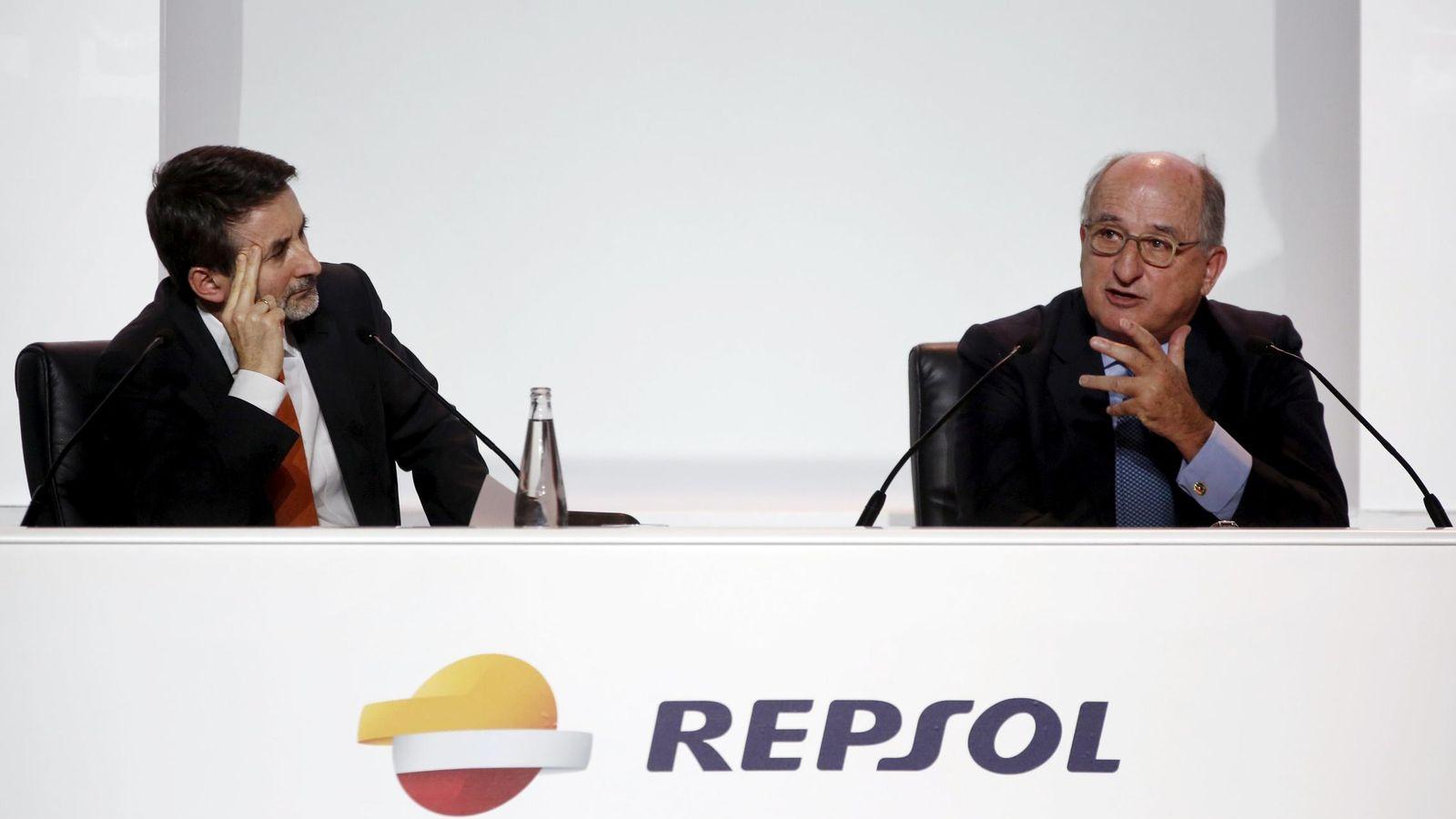 Foto: El presidente de Repsol, Antonio Brufau (d), y el consejero delegado, Josu Jon Imaz. (Reuters)