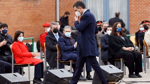 Una apisonadora, invitados ausentes y Bildu: Sánchez 'pincha' al recrear el fin de ETA