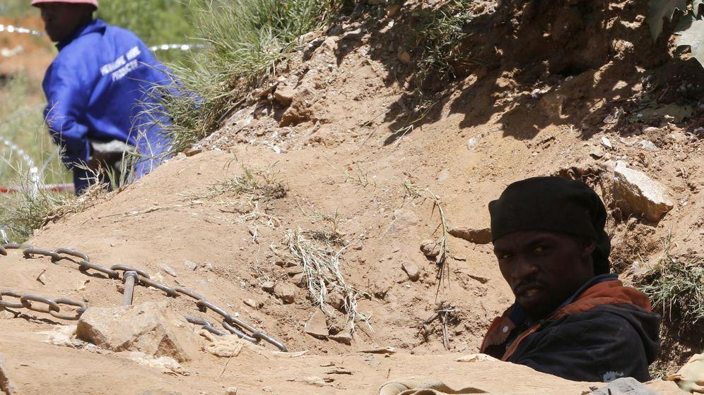 Foto: Un minero ilegal sale de un agujero de ventilación en una mina abandonada en Benoni, en 2014. (Reuters)