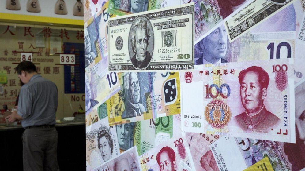 Foto: Un cliente cambia dinero en una casa de cambio de Hong Kong. (Reuters)