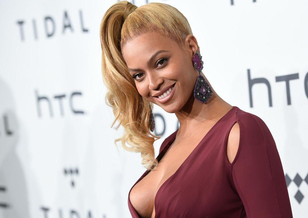 Foto: Del Delorean al equipo de informativos de Antena 3: las 10 cosas que caben en el vertiginoso escote de Beyoncé