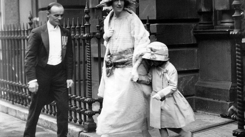 John Herbert Bowes-Lyon y su esposa en la boda de la Reina Madre, en 1923. (Getty)