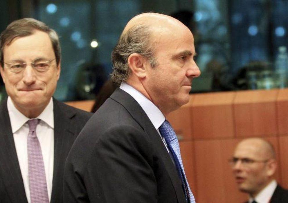 Foto: El ministro de economía español, Luis de Guindos (d), y el presidente del Banco Central Europeo, Mario Draghi (i). (EFE)