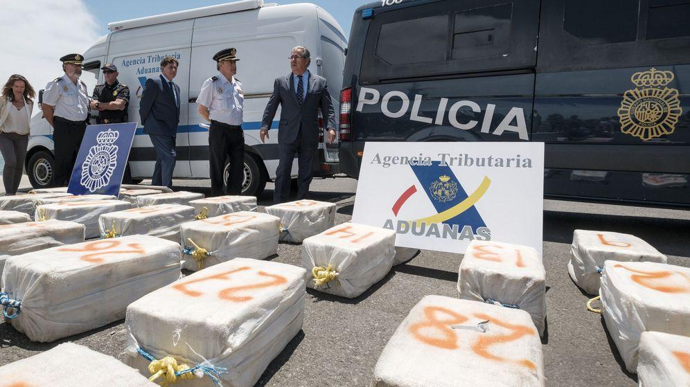 Foto: El ministro del Interior, Juan Ignacio Zoido, ayer en Las Palmas ante el alijo de cocaína. (EFE)