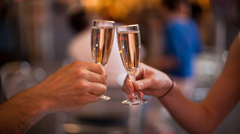 Foto: Un brindis con champán. (Shutterstock)