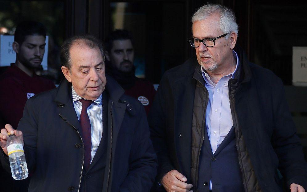 Foto: El exinterventor de la Junta de Andalucía, Manuel Gómez (d), a su salida de la Audiencia de Sevilla el pasado diciembre. (EFE)