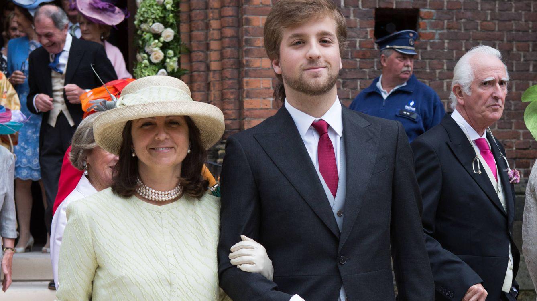 Foto: Alfonso junto a su madre, la duquesa de Braganza, en la boda de Alix de Ligne (Gtres)