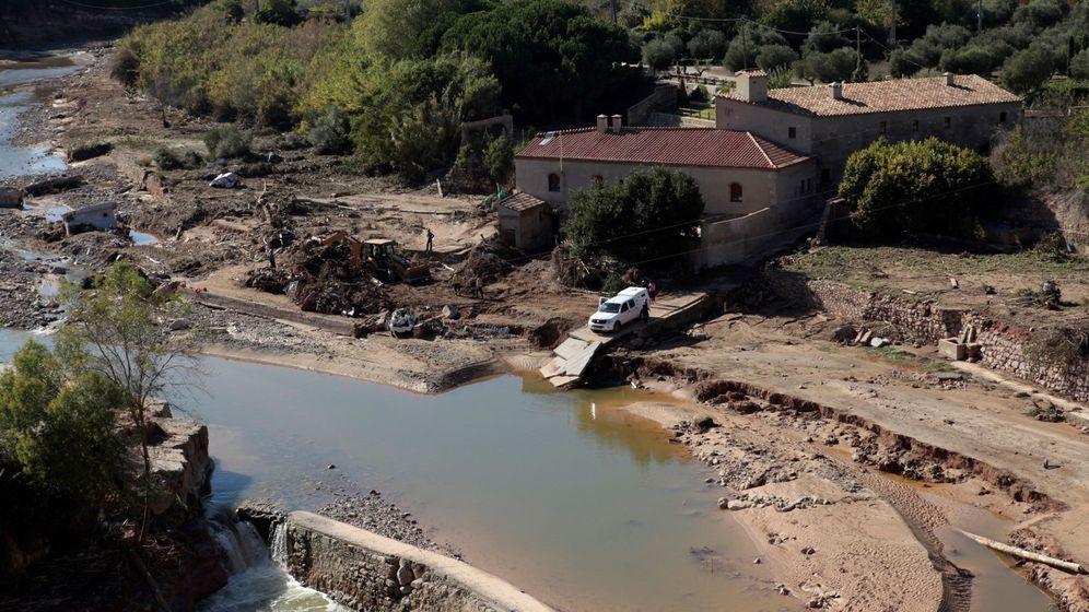 Foto: Técnicos forestales realizan tareas de limpieza y desescombro en el rio Francolí, este viernes. (EFE)