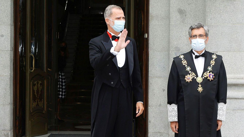 Foto: El rey Felipe VI (i) es recibido por el presidente del Tribunal Supremo y del Consejo General del Poder Judicial, Carlos Lesmes. (EFE)