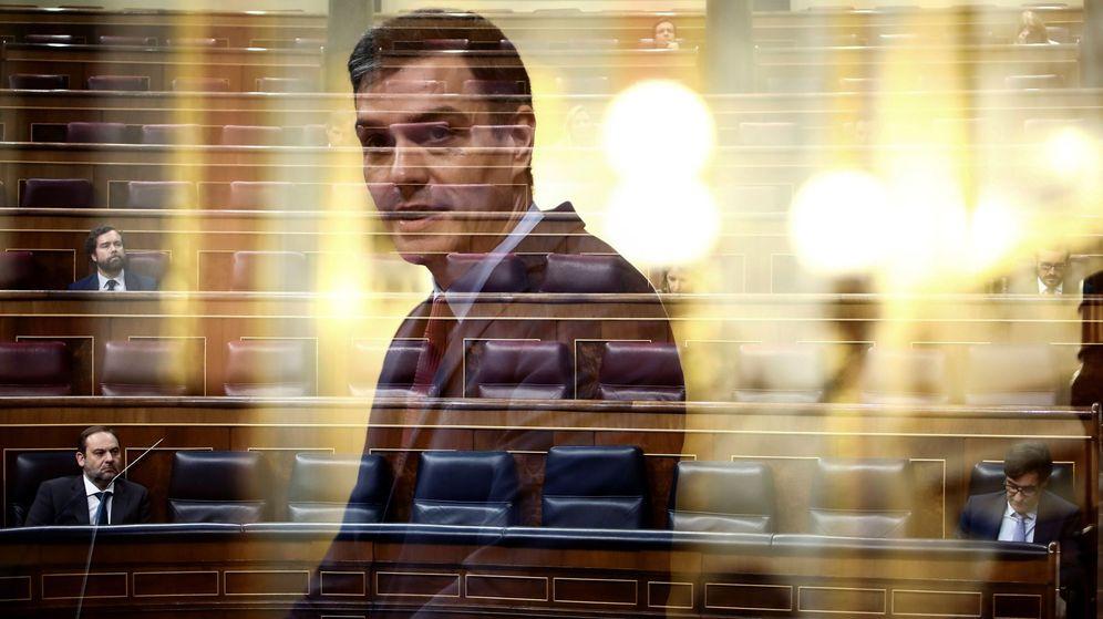 Foto: Fotograma con doble exposición del presidente del Gobierno, Pedro Sánchez, durante su intervención en el pleno celebrado el pasado jueves en el Congreso. (EFE)