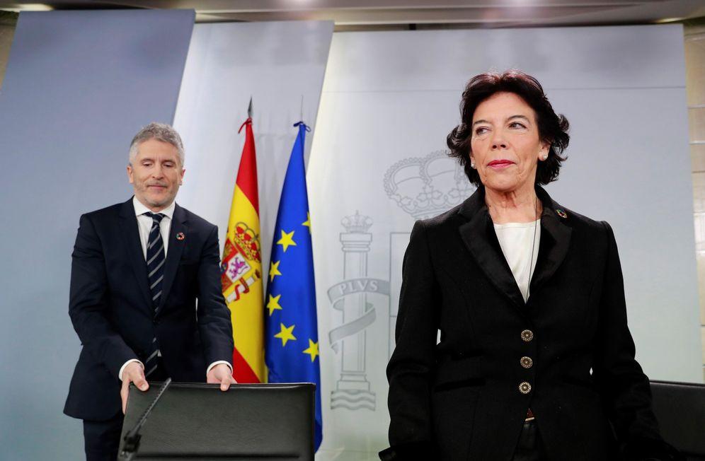 Foto: La portavoz del Ejecutivo, Isabel Celaá, con el ministro del Interior, Fernando Grande-Marlaska, este 18 de enero. (EFE)