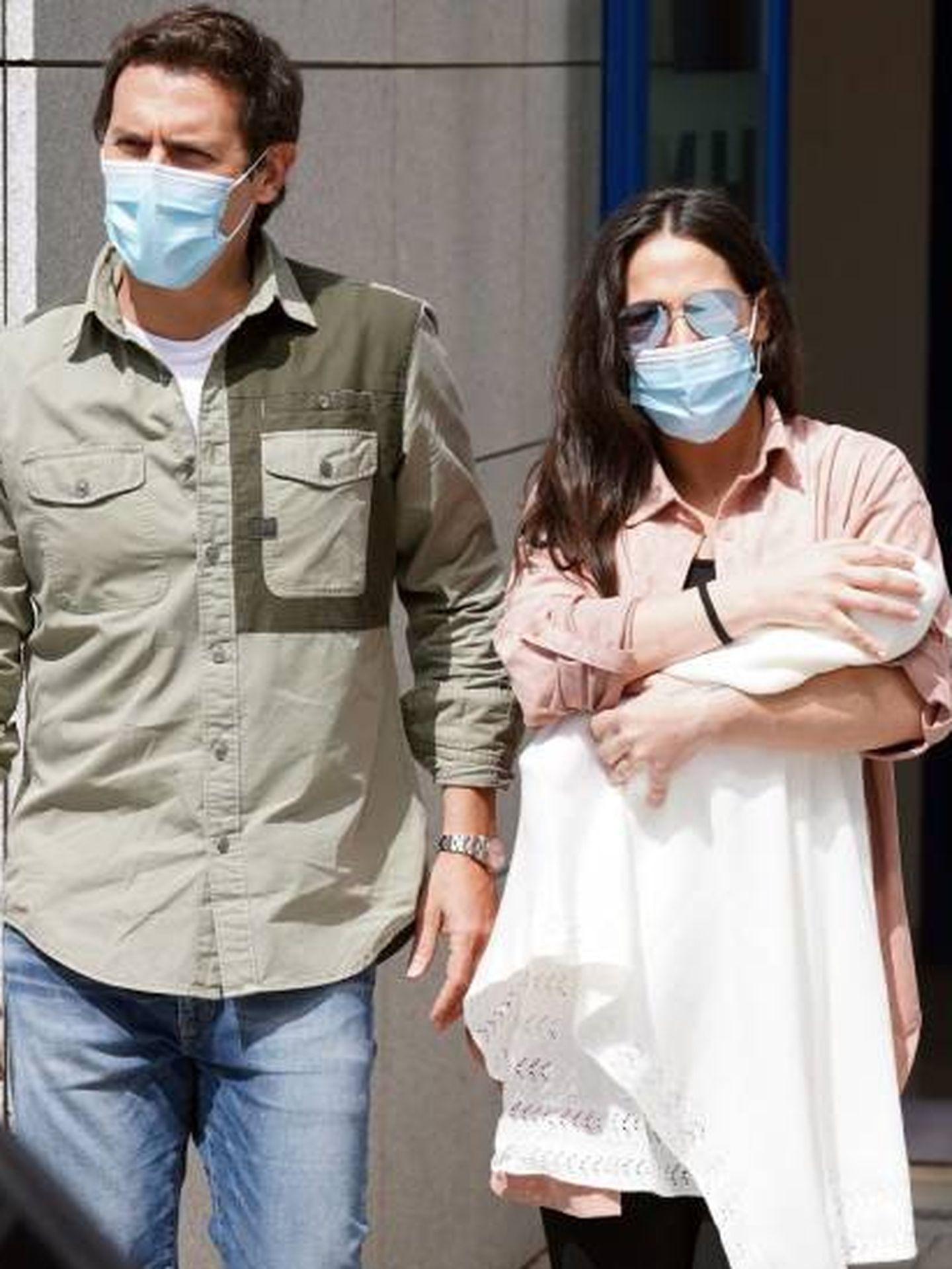 Albert Rivera y Malú, a la salida del hospital. (Cordon Press)