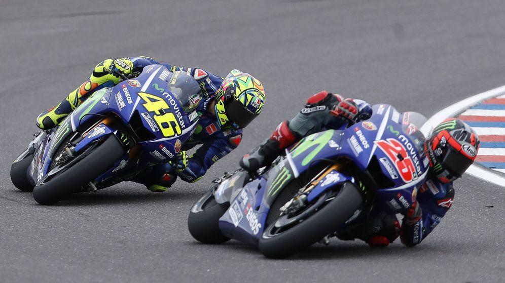 Foto: Valentino Rossi intentando seguir a Maverick Viñales. (EFE)