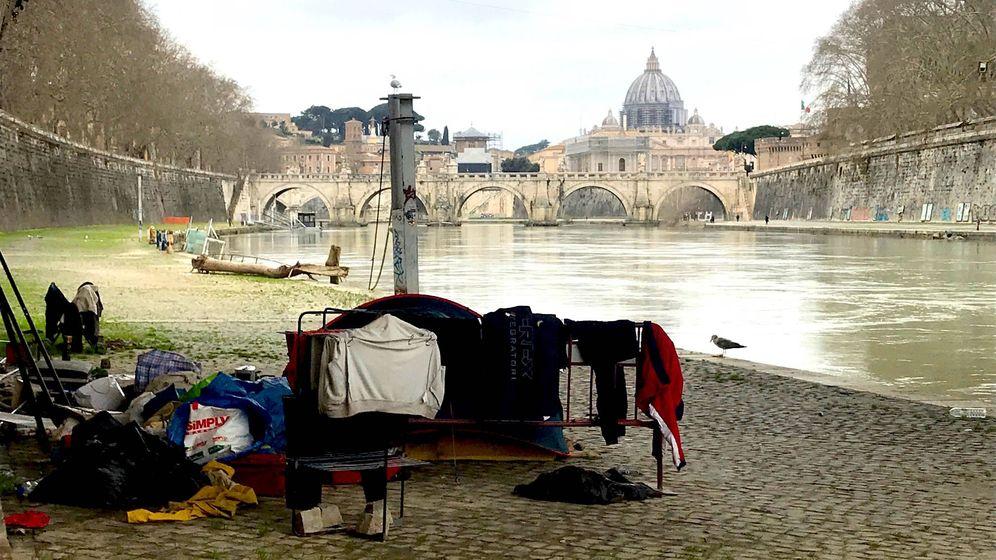 Foto: Vagabundos en Roma olvidados por el coronavirus. (Javier Brandoli)
