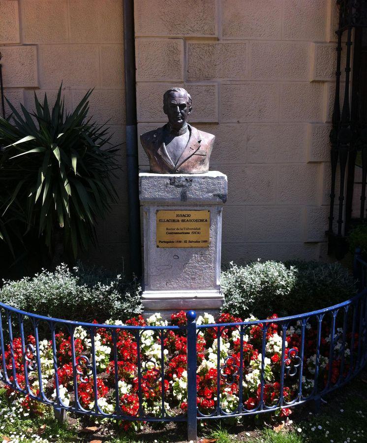 Foto: Estatua de Ignacio Ellacuría en Portugalete (Vizcaya). (EFE)