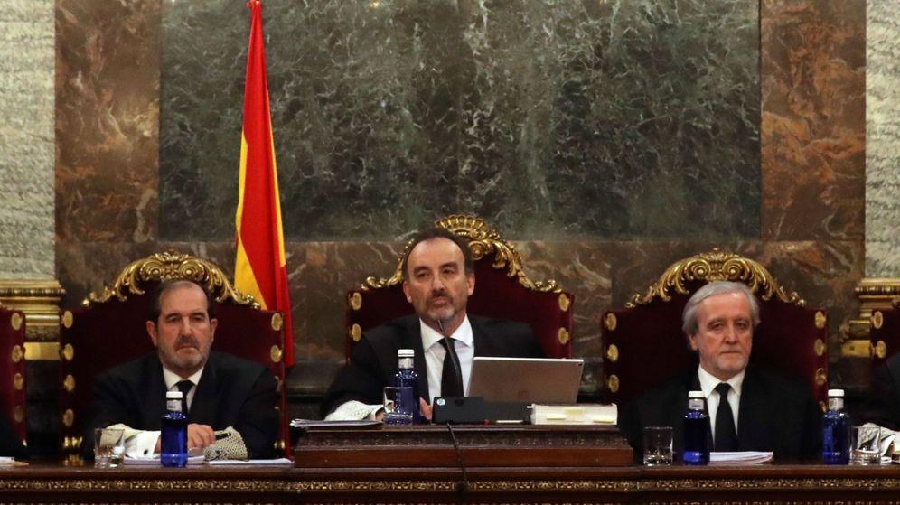Foto: El magistrado Manuel Marchena (c) preside el tribunal, junto a los jueces Andrés Martínez Arrieta (i) y Juan Ramón Berdugo (d). (EFE)