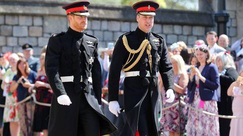 Los príncipes Harry y Guillermo llevan el uniforme de gala de los Blues and Royals