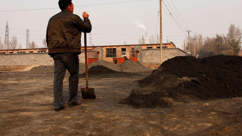Un ciudadano de Baotou mira una de las plantas de 'tierras raras' de la región. (Reuters)