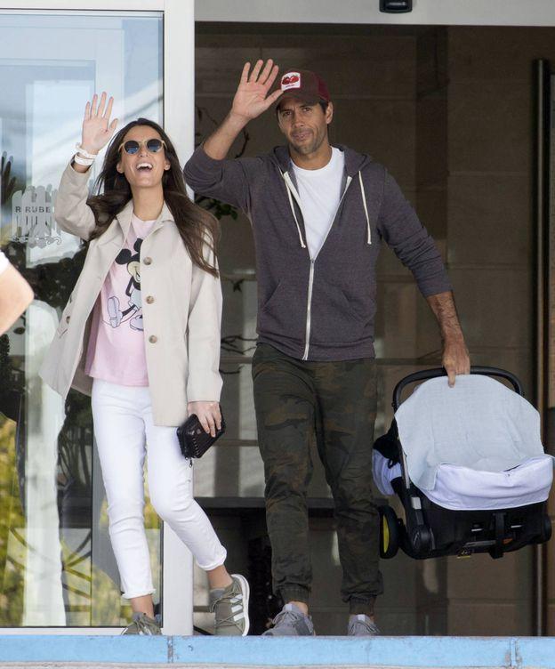Foto:  Fernando y Ana, a la salida del hospital. (Lagencia Grosby)