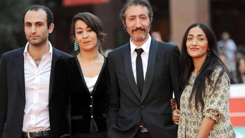 Khalid Abdalla, la directora británica Tala Hadid, el actor francés Hocine Choutri y la actriz marroquí Zahra Hindi, en el estreno de 'The narrow frame of midnight', en Roma en 2014. (EFE)