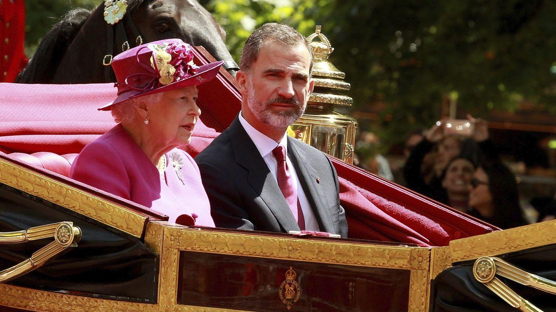 Isabel II, junto a Felipe VI, en su recorrido hacia el Palacio de Buckingham. (EFE)