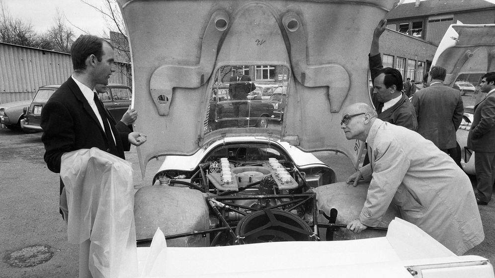 Foto: Ferdinand Piech aprecia su gran obra, la primera unidad del Porsche 917 de competición con su motor trasero de doce cilindros.