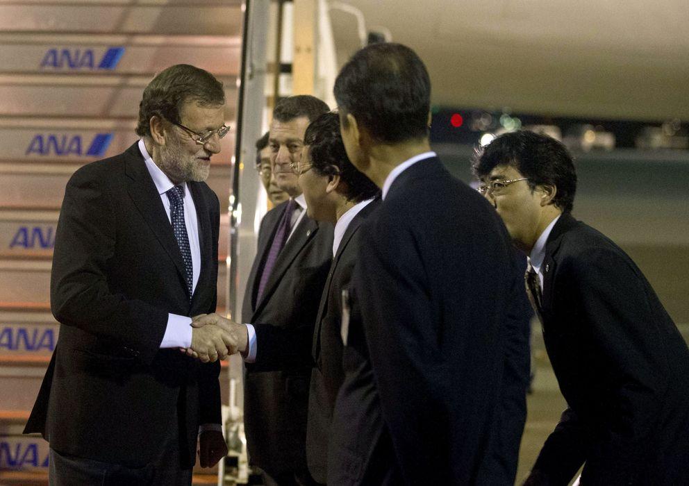Foto: El jefe del Ejecutivo, Mariano Rajoy (i), a su llegada al aeropuerto de Haneda, en Tokio. (EFE)