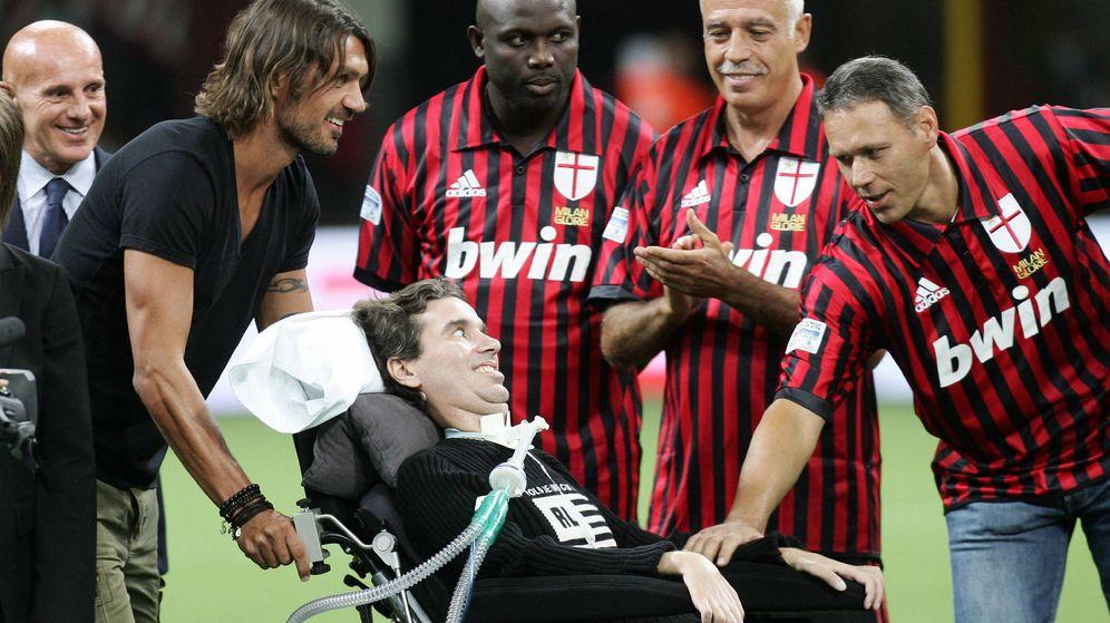 Foto: Paolo Maldini empuja la silla de ruedas del exfutbolista Stefano Borgonovo, víctima de la ELA en el Calcio. (EFE)