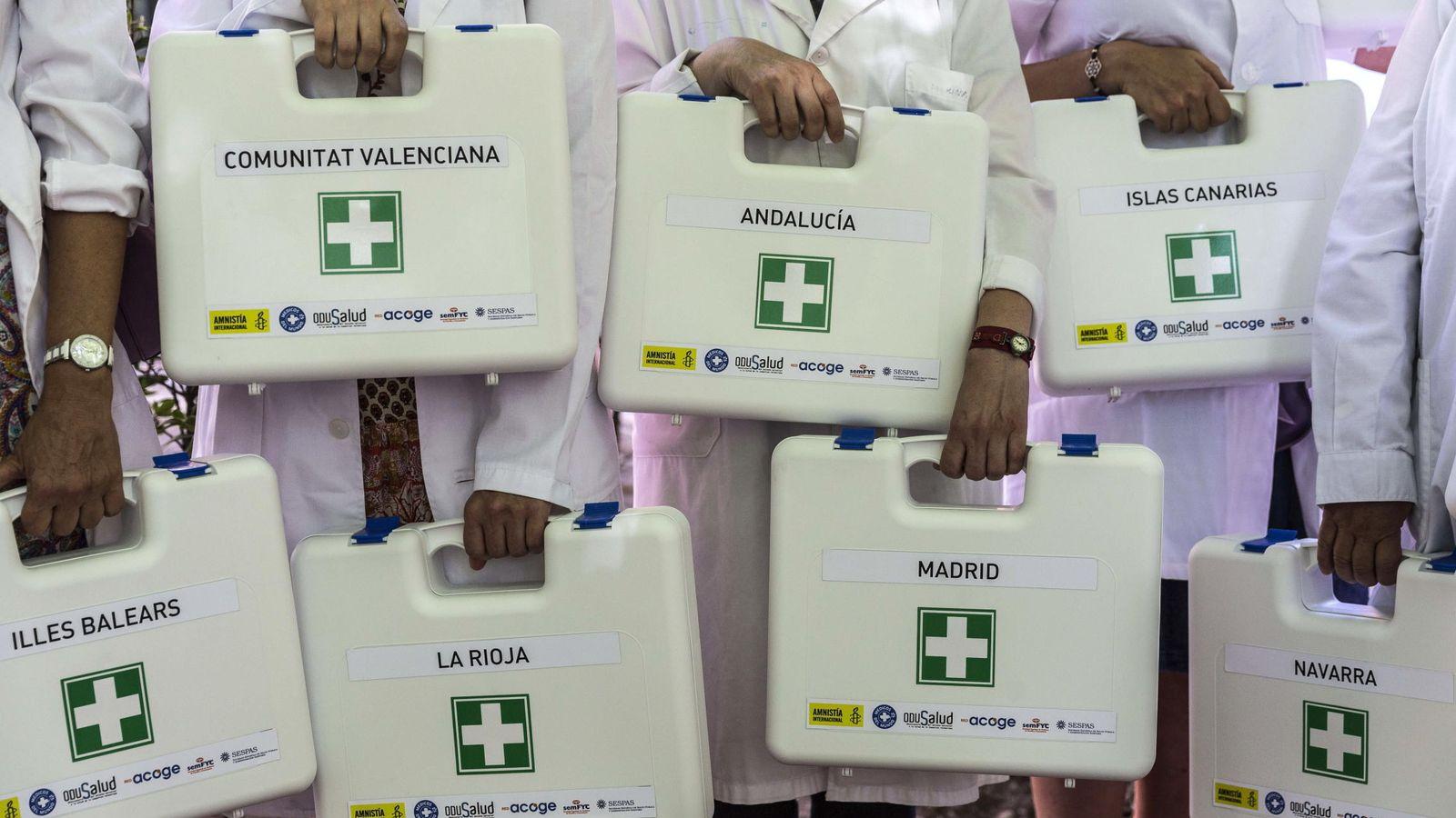 Foto: Activistas por la sanidad universal reivindican la asistencia a todas las personas que viven en España. (EFE)