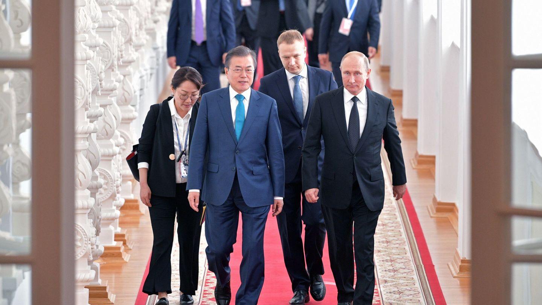 El presidente ruso Vladímir Putin y el surcoreano Moon Jae-in durante la visita de éste al Kremlin, el 22 de junio de 2018. (EFE)