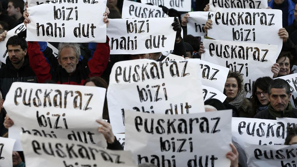 Foto: Participantes en una marcha para reivindicar su deseo de poder vivir en euskera. (EFE)
