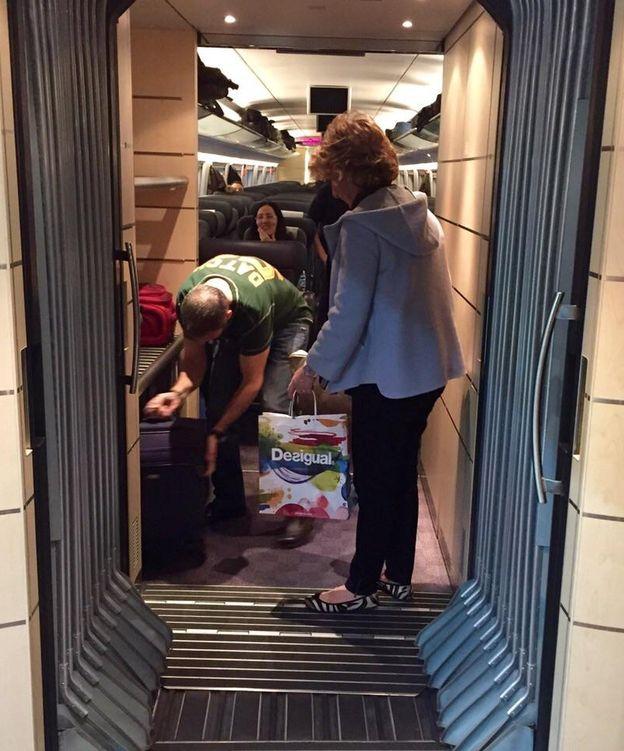 Foto: Esperanza Aguirre, ayudada en el tren (P. Barrientos)