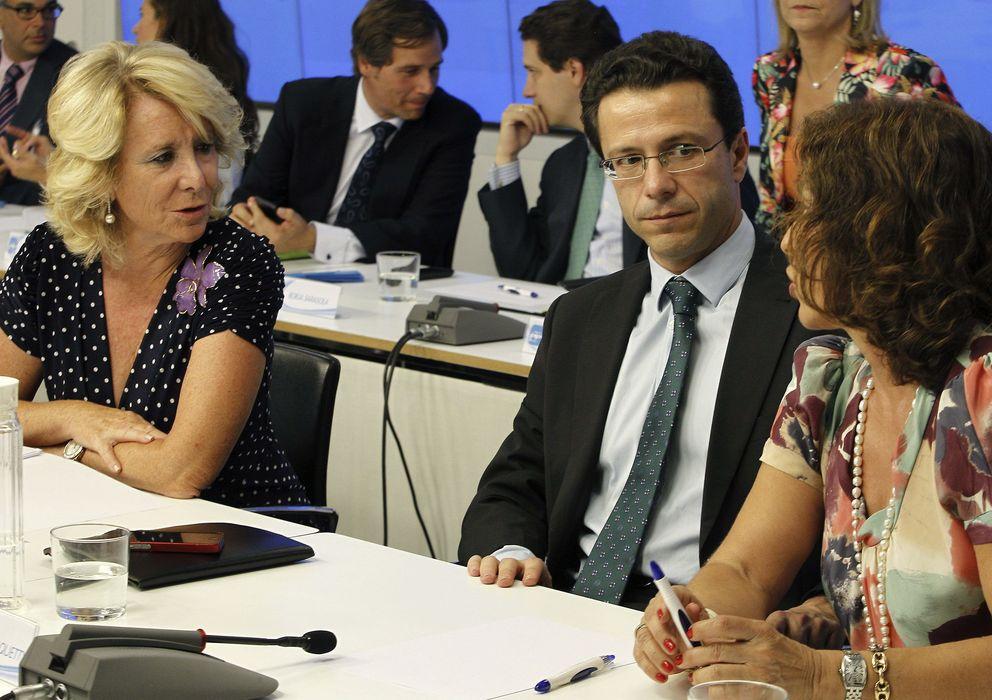 Foto: La presidenta del PP de Madrid, Esperanza Aguirre (i), conversa con la alcaldesa de Madrid, Ana Botella (d), y el consejero de Sanidad, Javier Fernández-Lasquet