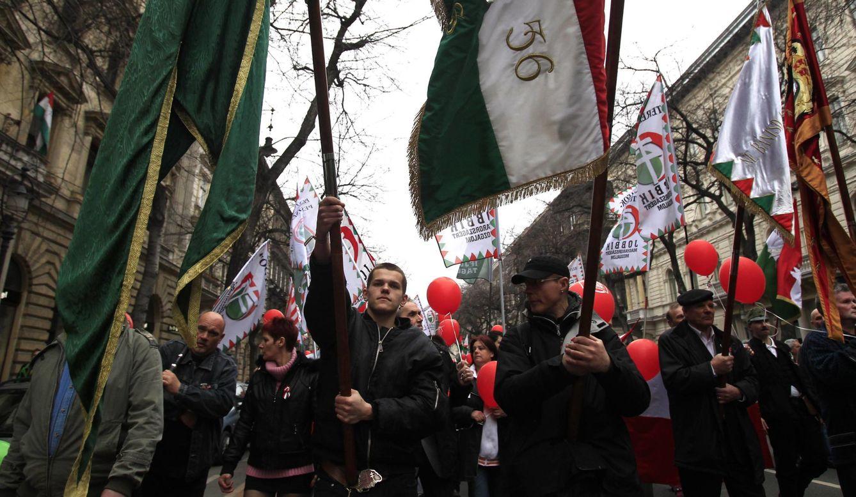 Foto: Votantes del partido de extrema derecha Jobbik durante una marcha en Budapest, el 15 de marzo de 2014 (Reuters)