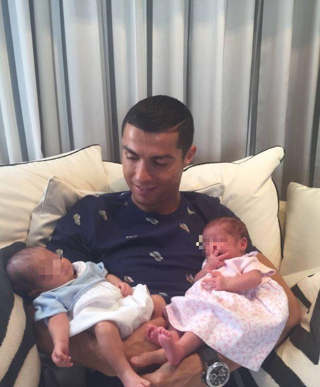 Foto: Cristiano Ronaldo con sus mellizos (Twitter)