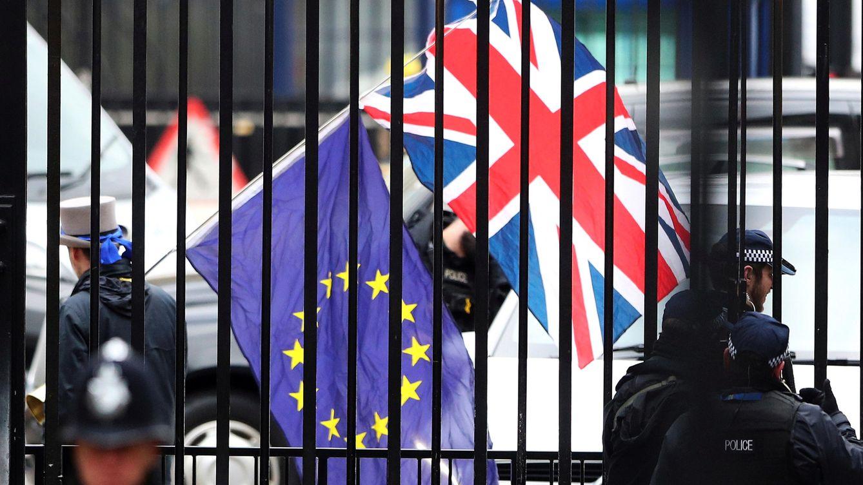 Foto: Un manifestante enarbola las banderas de la UE y la Union Jack durante la visita del negociador europeo Michel Barnier a Londres, el pasado 5 de febrero de 2018. (Reuters)