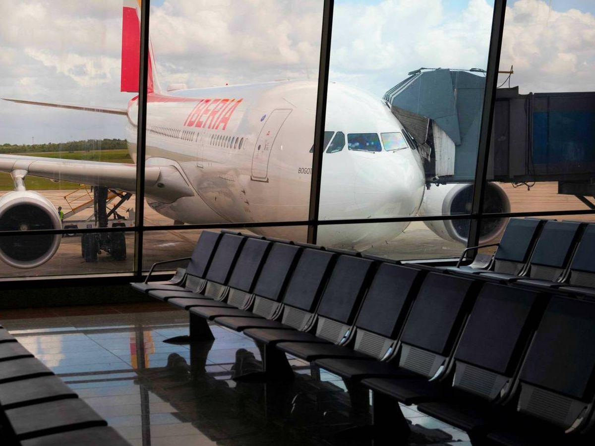 Foto: Un avión de Iberia, en un aeropuerto vacío. (EFE)