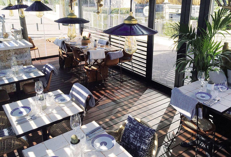 Foto: La terraza de Teckel, en madera y azul