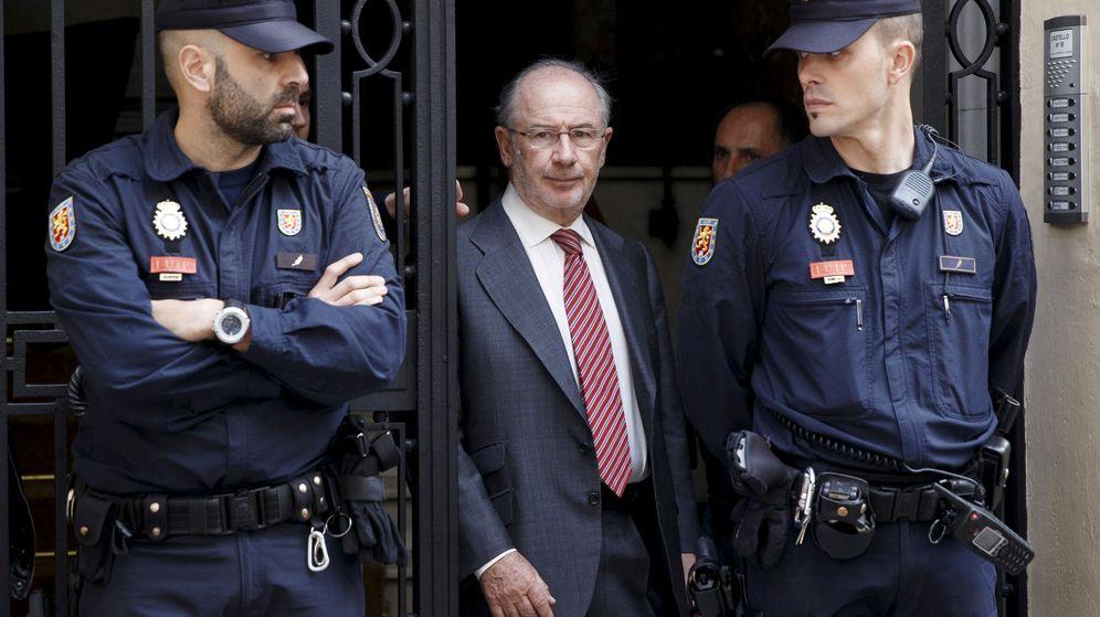 Foto: Rodrigo Rato, expresidente de Bankia, tras el registro de su oficina en 2015. (Reuters)