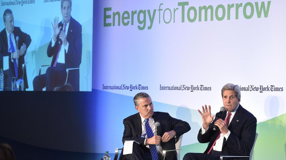 Foto: Thomas Friedman conversa con John Kerry en París. (Reuters)